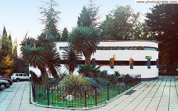 Главный вход в никитский ботанический