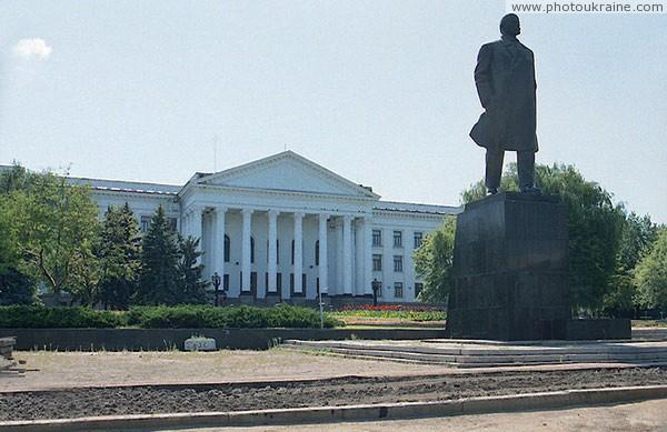 Палац культуры и памятник в ленину